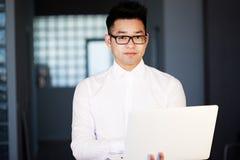 Aziatisch het Voorzien van een netwerkconcept van Zakenmanworking laptop connecting stock fotografie