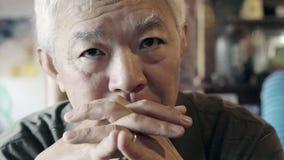 Aziatisch hoger bejaarde met ring het ernstige denken en zorg ab royalty-vrije stock fotografie