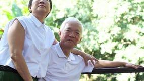 Aziatisch hoger paarverblijf samen na pensionering omhelzing en knuffel met liefde stock videobeelden