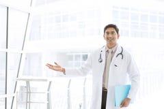 Aziatisch Indisch mannelijk medische artsen welkom teken stock afbeelding