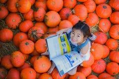 Aziatisch jong geitje die een boek lezen Royalty-vrije Stock Afbeelding