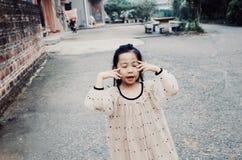 Aziatisch jong meisje met glimlachgezicht stock afbeelding