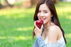 Aziatisch jong mooi meisje met rode appel stock foto