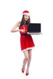 Aziatisch Kerstmismeisje die met Santa Claus-kleren laptop ISO houden stock foto