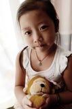 Aziatisch kind dat de Aap van het Stuk speelgoed houdt Royalty-vrije Stock Foto's