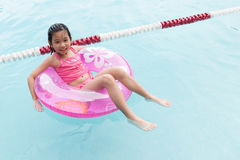 Aziatisch kind in de pool Stock Fotografie