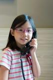 Aziatisch kind die op de telefoon spreken Stock Afbeeldingen