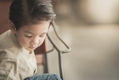 Aziatisch kind in een uitstekende koffie Royalty-vrije Stock Foto