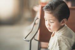 Aziatisch kind in een uitstekende koffie Stock Afbeelding