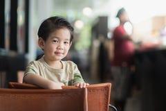 Aziatisch kind in een uitstekende koffie Stock Foto
