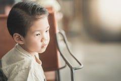 Aziatisch kind in een uitstekende koffie stock foto's