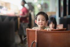 Aziatisch kind in een uitstekende koffie Royalty-vrije Stock Foto's