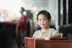 Aziatisch kind in een uitstekende koffie Royalty-vrije Stock Afbeeldingen