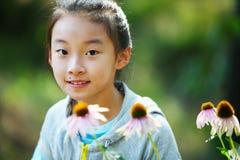 Aziatisch kind met bloemen stock afbeeldingen
