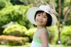 Aziatisch kind met de zomerhoed Stock Foto