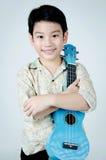 Aziatisch kind met zijn ukelele royalty-vrije stock foto