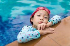 Aziatisch Kind in Zwembad Stock Foto's