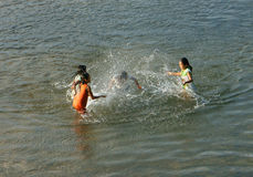 Aziatisch kinderenbad op Vietnamese rivier Royalty-vrije Stock Afbeeldingen