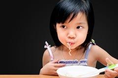 Aziatisch kindmeisje die Onmiddellijke noedels eten royalty-vrije stock afbeeldingen
