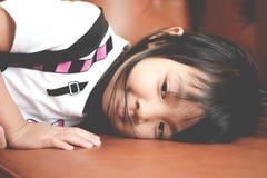 Aziatisch kindmeisje in een droevige eenzame stemming stock afbeeldingen