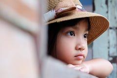 Aziatisch kindmeisje in een eenzame stemming stock foto's