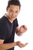 Aziatisch mannetje die uw product houden stock foto