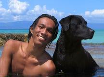 Aziatisch mannetje met hond op strand, close-up. royalty-vrije stock fotografie