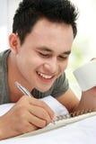 Aziatisch mannetje met zijn agenda Stock Foto