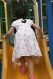 Aziatisch meisje bij speelplaats Stock Afbeelding