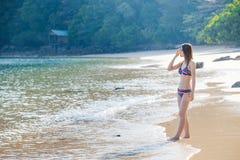 Aziatisch meisje in bikini en zonnebril op het strand royalty-vrije stock afbeelding