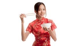 Aziatisch meisje in Chinese cheongsamkleding met eetstokjes royalty-vrije stock afbeeldingen