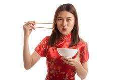 Aziatisch meisje in Chinese cheongsamkleding met eetstokjes stock foto