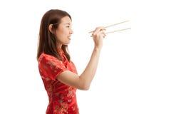 Aziatisch meisje in Chinese cheongsamkleding met eetstokjes royalty-vrije stock fotografie