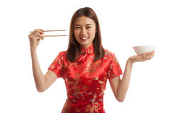 Aziatisch meisje in Chinese cheongsamkleding met eetstokjes stock afbeelding