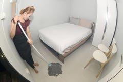 Aziatisch meisje Cleaning Service met Zwabber schoonmakende vloer op een slaapkamer Stock Fotografie