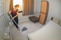 Aziatisch meisje Cleaning Service met Zwabber schoonmakende vloer op een slaapkamer Stock Foto
