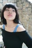 Aziatisch meisje dat aan de kant kijkt Stock Foto's