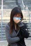 Aziatisch meisje dat masker ziek en dragend is Stock Afbeelding