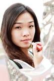 Aziatisch meisje dat omhoog maakt Stock Foto