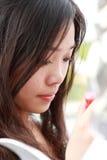 Aziatisch meisje dat omhoog maakt. stock fotografie