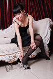 Aziatisch meisje dat op schoenen zet Stock Foto