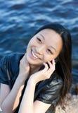Aziatisch meisje dat op telefoon spreekt Stock Afbeeldingen