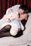 Aziatisch meisje dat op TV let Royalty-vrije Stock Afbeelding