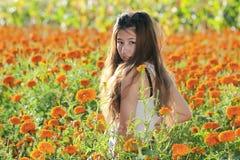 Aziatisch meisje in de bloem Stock Afbeeldingen