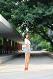Aziatisch meisje in de gang bij schoo royalty-vrije stock afbeelding