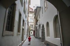 Aziatisch meisje in de stad van Bern in de Winter, Zwitserland, Europa royalty-vrije stock afbeeldingen