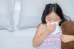 Aziatisch meisje die de neus blazen door weefsel royalty-vrije stock foto