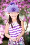 Aziatisch meisje die en pret hebben in openlucht lachen Royalty-vrije Stock Foto's
