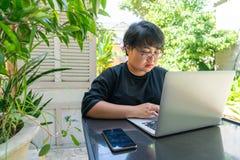 Aziatisch meisje die Internet op laptop surfen stock afbeeldingen