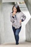 Aziatisch meisje die jasje dragen Stock Foto's